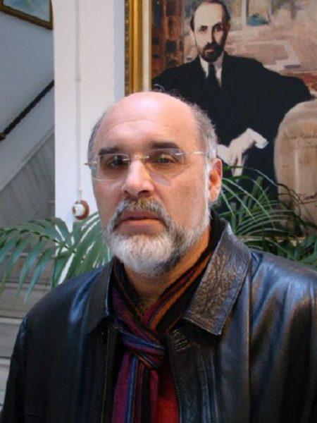"""ANTONIO RAMIREZ ALMANZA (Rociana, Huelva, 1956).   Comparte su obra de creación entre la lírica, la investigación histórica, la labor periodística y el activismo cultural. Traducido al árabe, portugués, griego y rumano. Está incluido en diferentes antologías andaluzas. Ha publicado los poemarios De la ira al susurro (1999); Marzo amante (2001); El triunfo del día (2002); Poemas de Marraquech (2003); Tras los espejos (2004); La puerta de los secretos (2014); La Rocina. Las últimas aguas libres de Doñana (2016); El martes y sus horas (2016); Los días lejos (Camino de Erg Chebbi) (2018); Poesía reunida (1975-2016) (2018); Selecçao de """"Poesia reunida"""" (Poemas en portugués) (2018)."""