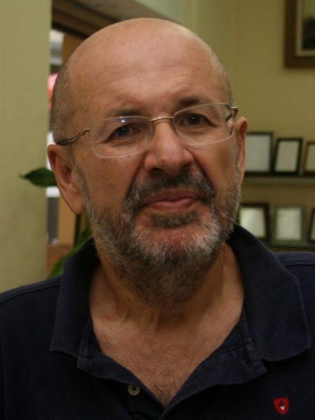 ANTONIO VARO BAENA (Montilla, Córdoba, 1959).   Es Académico correspondiente en Montilla. Como escritor, su faceta primordial es la de poeta en la que ha obtenido premios como el XIV Premio Internacional Arcipreste de Hita en 1992, Accésit del Luis Carrillo de Sotomayor 1992 o el Premio AEFLA de Poesía 2007. Ha publicado relatos breves, dos novela y ensayos sobre poesía, literatura, filosofía y flamenco y es miembro de jurados de poesía entre los que destacan el Juan Bernier y el Leonor de Córdoba. Ha sido director-gerente de la Fundación Vicente Núñez, es Presidente del Ateneo de Córdoba, miembro de la Asociación Colegial de Escritores de España, de la Asociación Andaluza de Críticos Literarios, colaborador del Diario Córdoba y de revistas literarias como Zubia, Propaganda Literaria, Astro, Cuadernos de Iponuba o Turia.