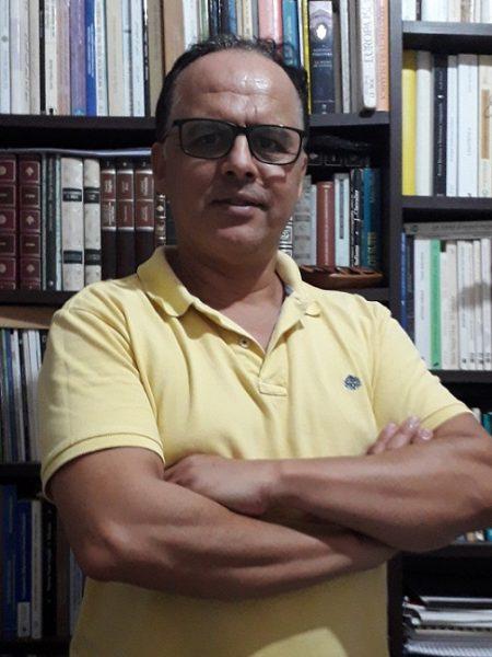 AZIZ AMAHJOUR (Tetuán, Marruecos, 1965). Doctor por la Universidad Complutense de Madrid. Fue profesor de castellano para alumnos de distintas nacionalidades durante varios años en Madrid a través de un Programa del Ministerio de Asuntos Sociales (1999-2007), Mediador Intercultural y programador-coordinador de actividades culturales en el Centro Hispano-Marroquí de Madrid en 2008 y 2009. Actualmente es profesor y Jefe de Departamento de Estudios Hispánicos (Universidad Mohamed I - Nador), y Coordinador del recién creado Equipo de Investigación Culturas y Literaturas del Mediterráneo y del Mundo Hispánico. Tiene publicados varios artículos sobre literatura oral y literatura comparada, el tema morisco y la cuestión de la identidad en Revistas como Albatros Viajero (México), Amanecer del Nuevo Siglo (Madrid), Hesperia Culturas del Mediterráneo (Madrid), Tántalo (Cádiz), Aldaba (Sevilla), Paremia (Madrid), Dos Orillas (Algeciras), Magriberia (Fez), Revista de Literaturas Populares (México), entre otras; y en varias Actas de Congresos y Libros colectivos.